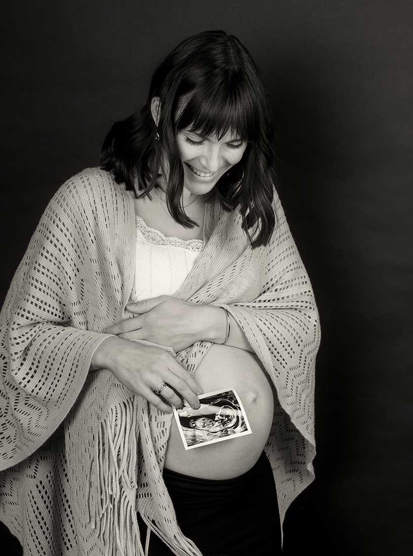 babybauchfoto, schwangerschaftsfoto in schwarzweiss